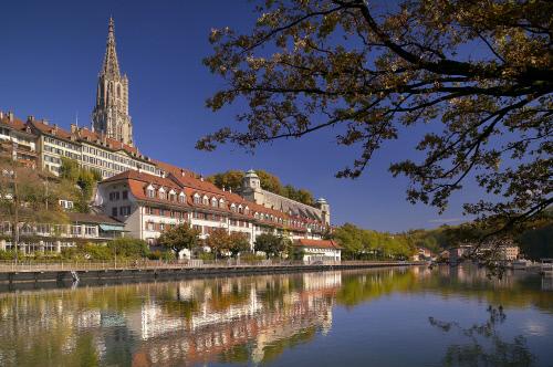 Город расположен на берегу Ааре, Берн.jpeg