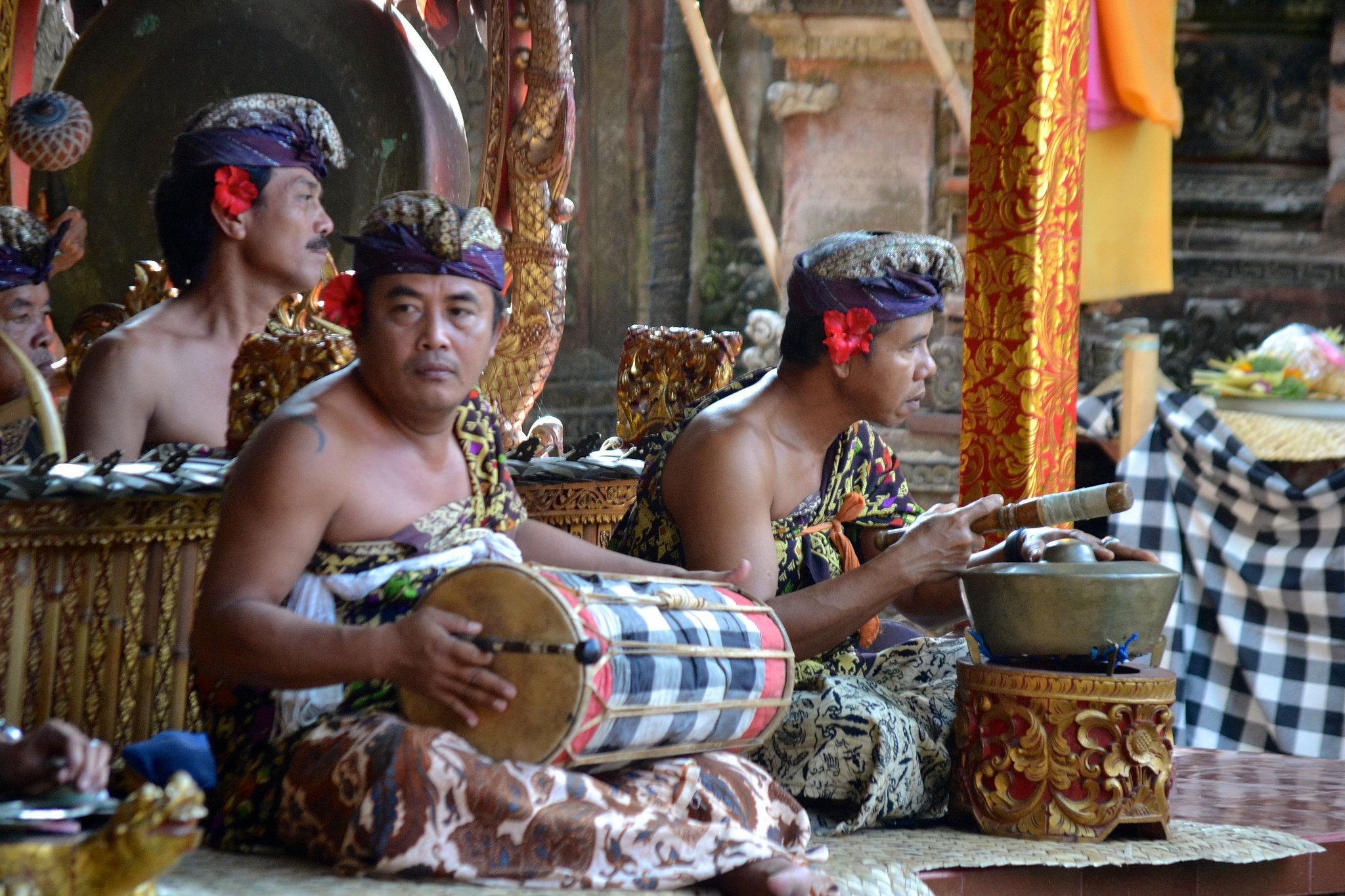 Музыканты у храма Пура Пусех, Батубулан