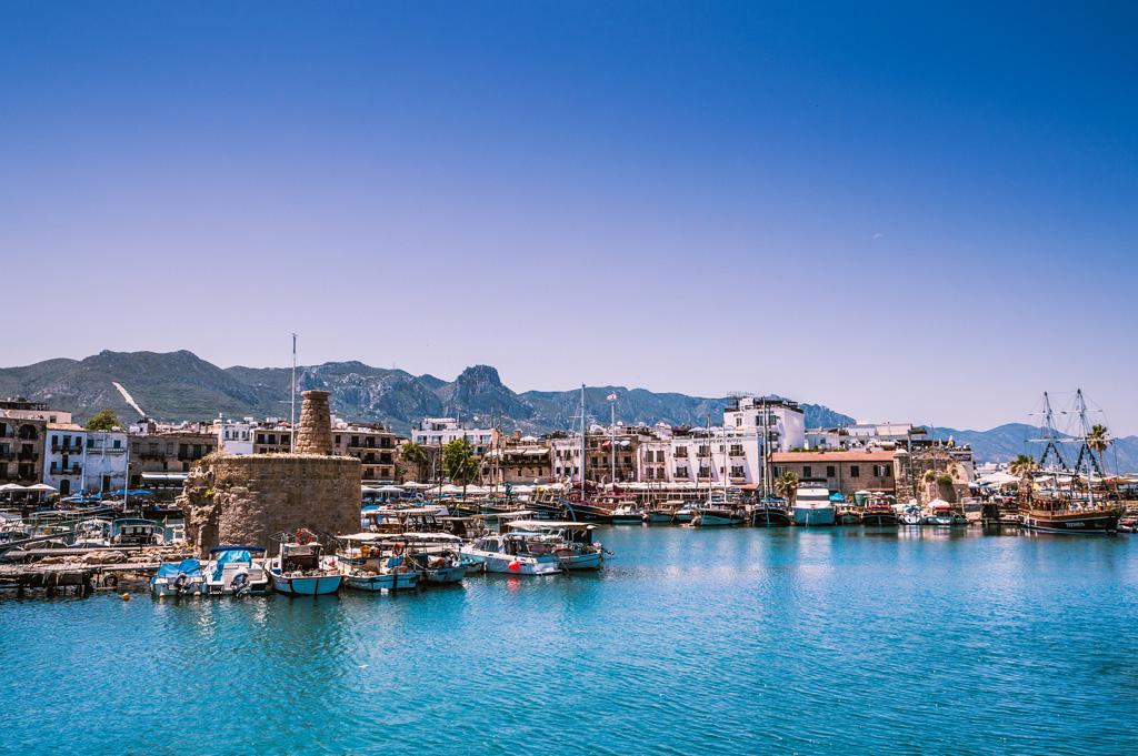 стильная яркая северный кипр фото туристов красные