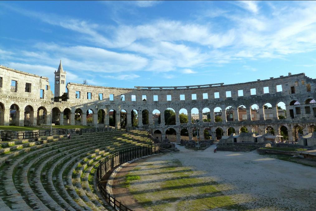 Величественный древнеримский амфитеатр