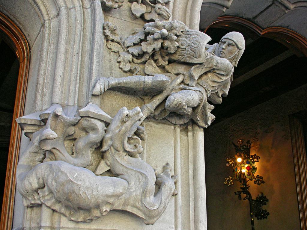 Дом Амалье, скульптура сражающегося с драконом святого Георгия у входа