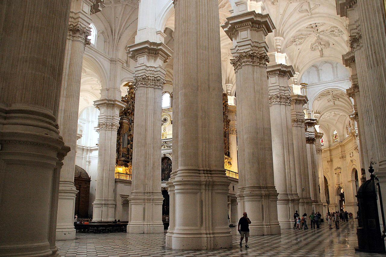 Кафедральный собор Гранады, колонны нефа