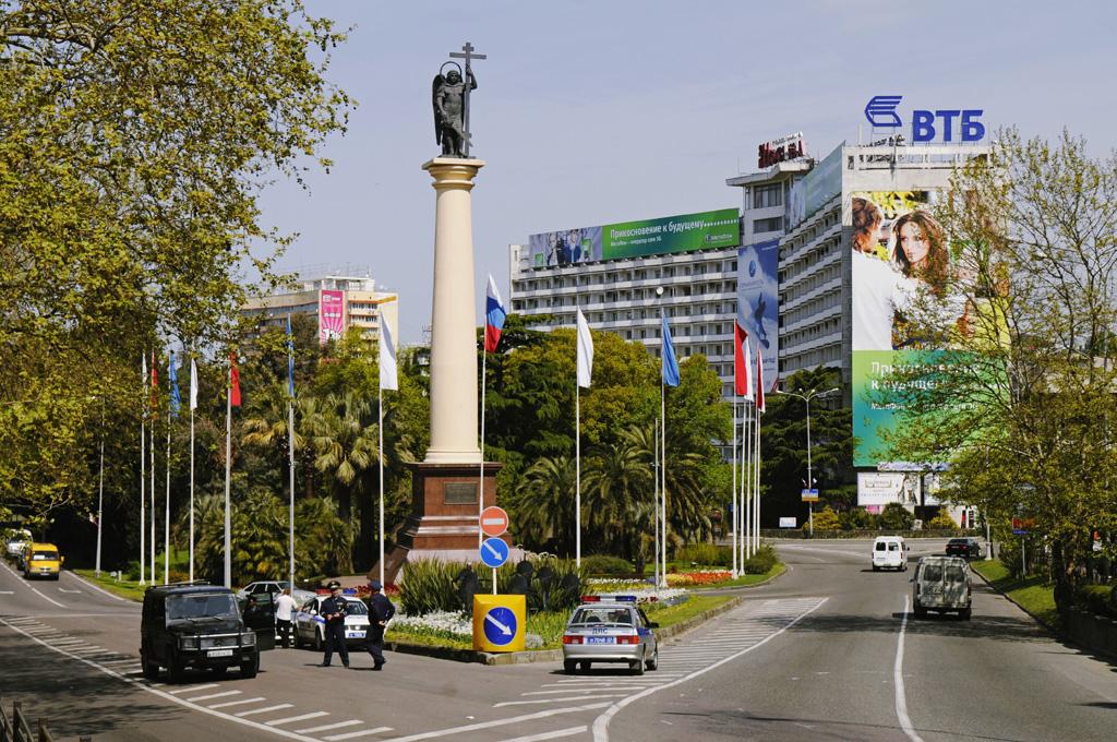 Курортный проспект Сочи, монумент Михаила-Архангела
