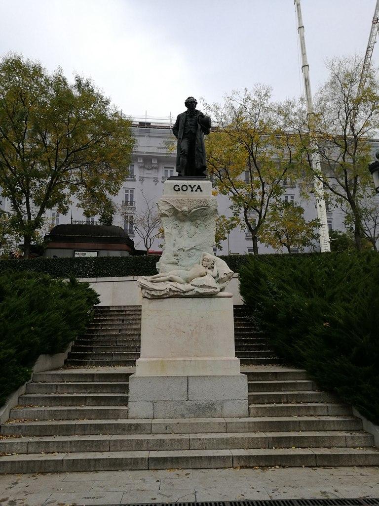 Памятник Гойе около музея Прадо в Мадриде