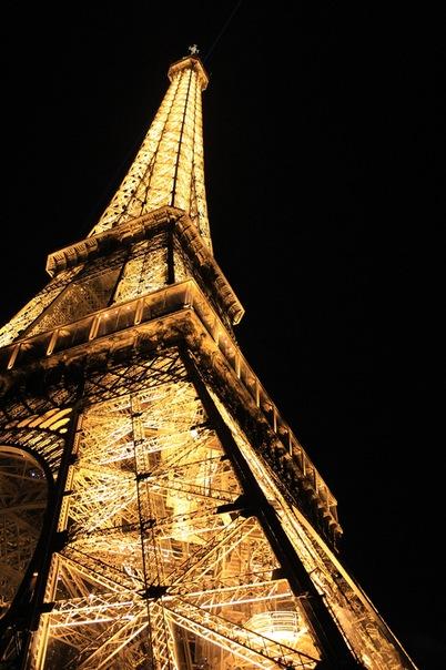 Освещенная Эйфелева башня, Париж.jpg