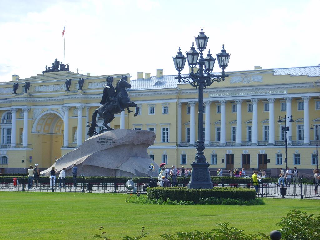 Медный всадник на Сенатской площади в Санкт-Петербурге