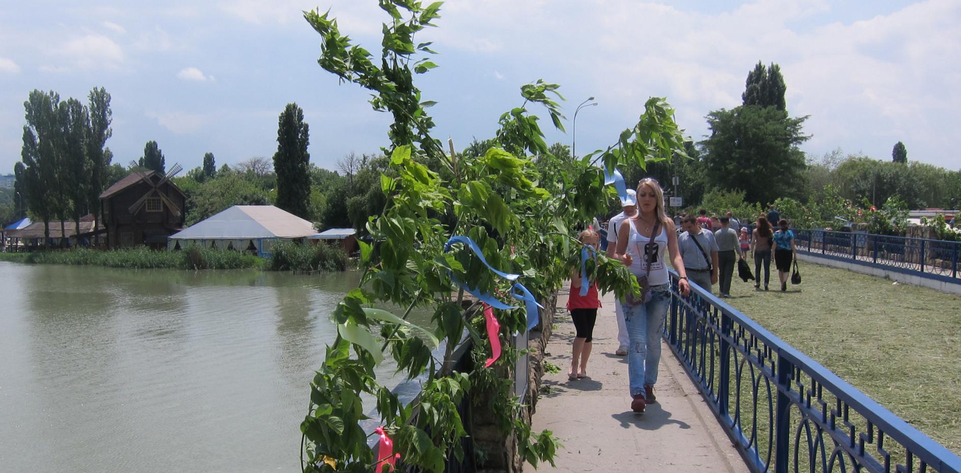 Мост с улицы Трамвайной в парк культуры и отдыха Солнечный остров