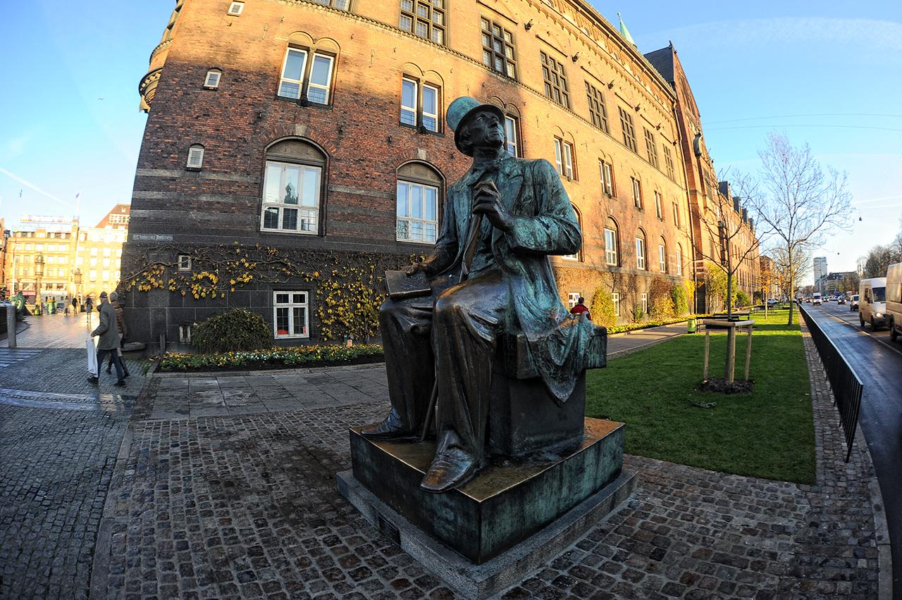 Памятник Гансу Христиану Андерсену рядом с музеем