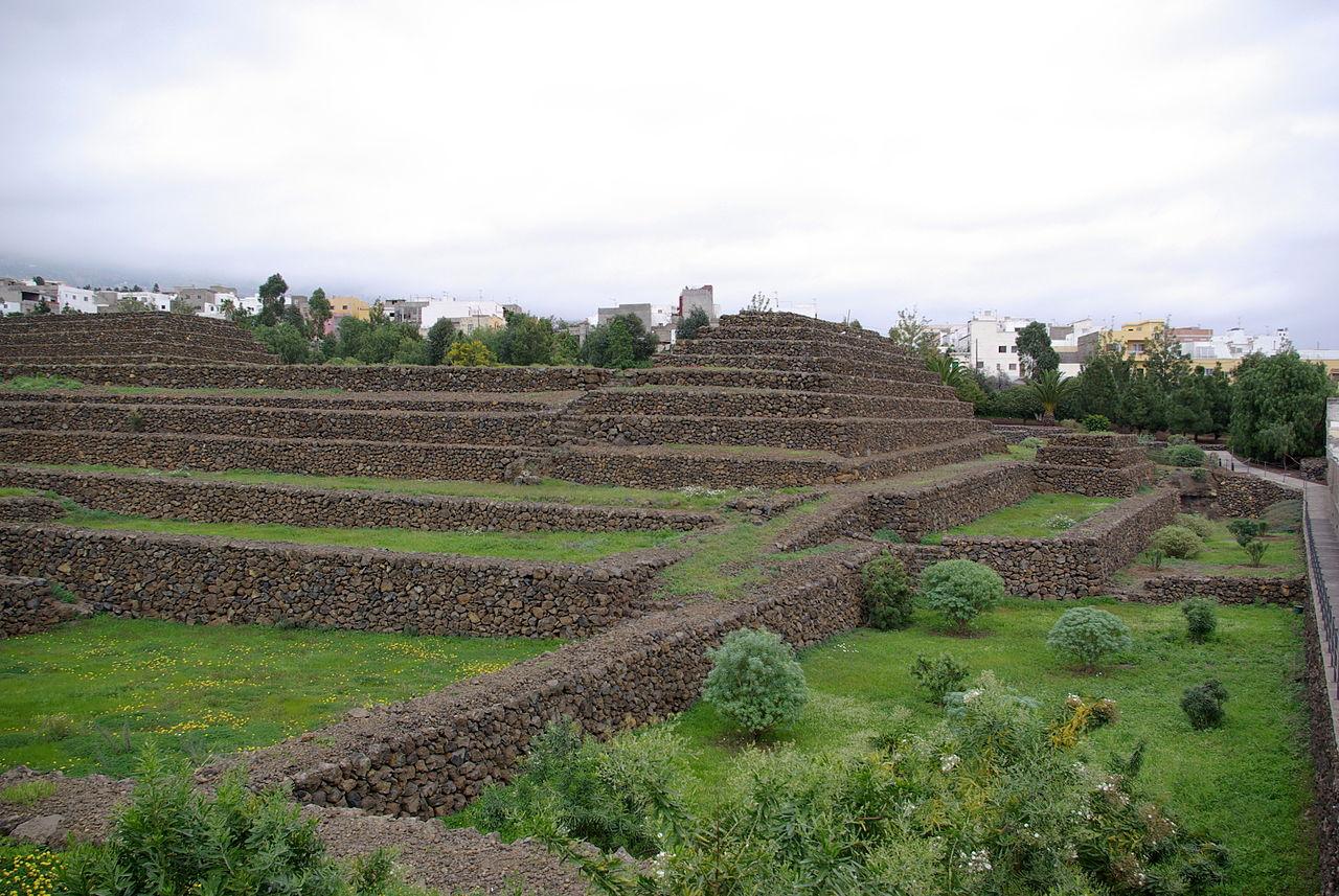 Вид на пирамиды в городе Гуимар