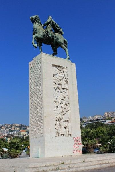 Памятник Гарибальди, Неаполь.jpg