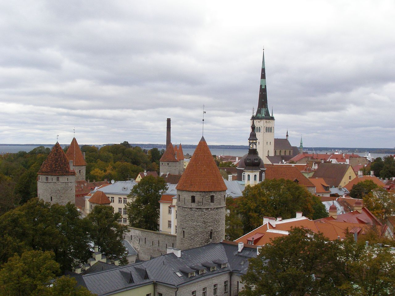Вид на Таллин и церковь Олевисте