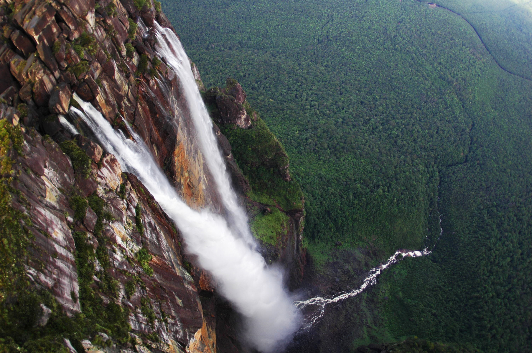 Водопад Анхель в тропических лесах Венесуэлы