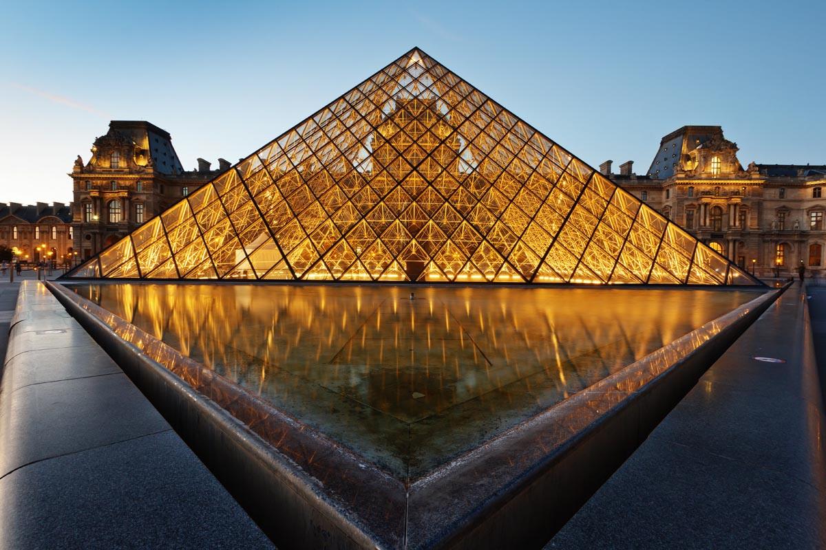 Лувр в ночном освещении, Париж