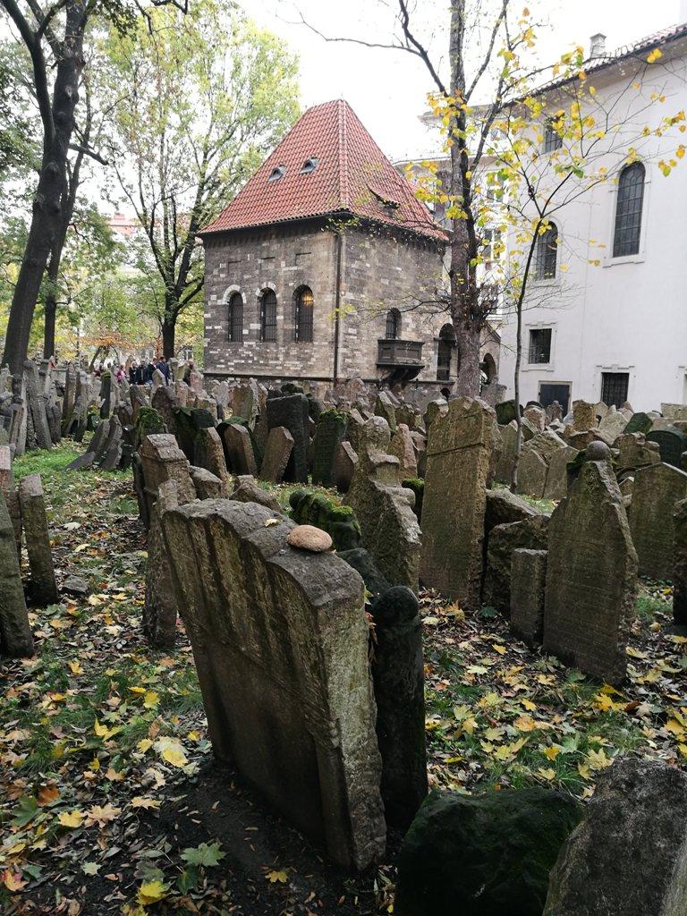 Могилы еврейского кладбища в Праге