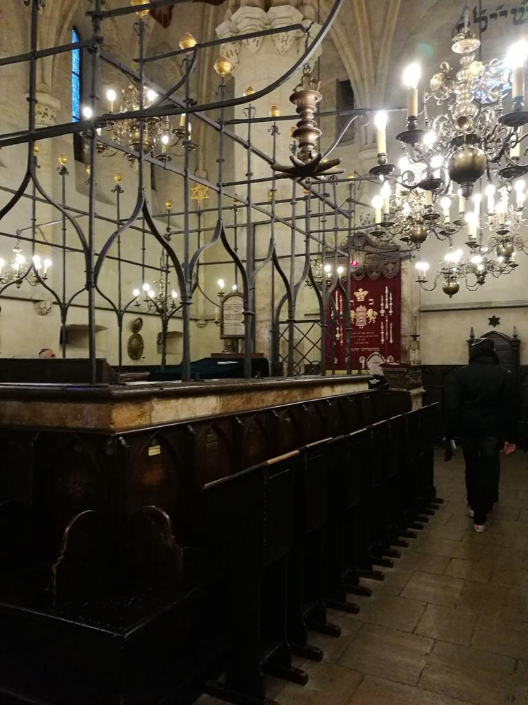 Внутреннее убранство самой старой синагоги в Праге