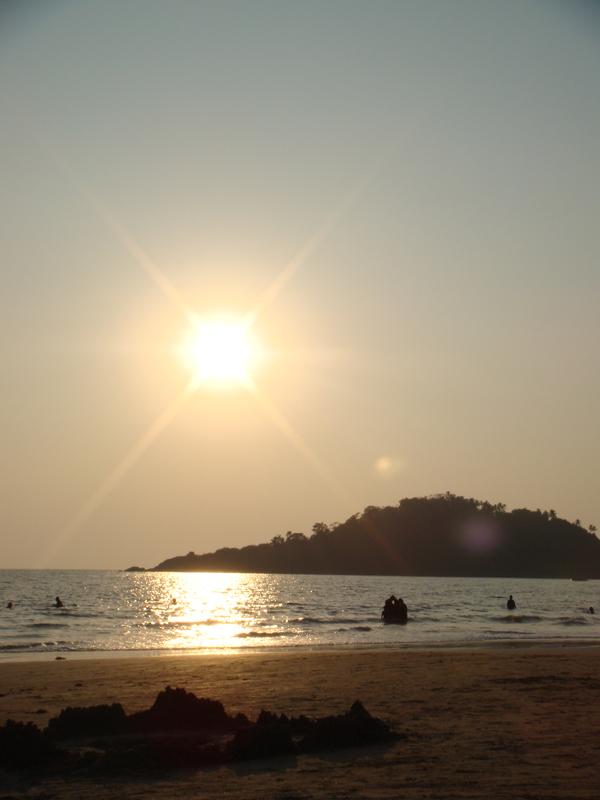 Закат на юге Гоа, пляж Палолем.jpg