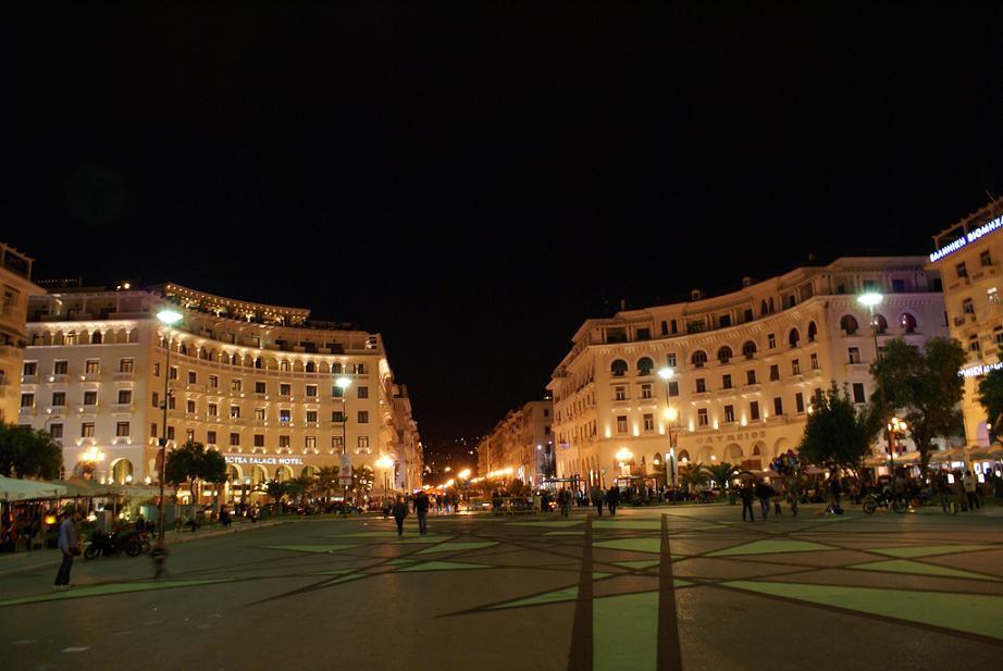 Многолюдная площадь в Салониках