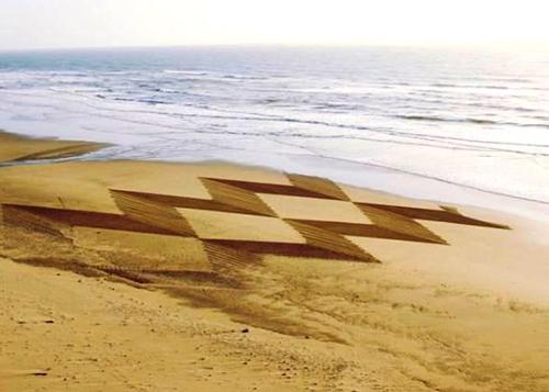Мужчина использует пляж вместо холста F.jpg