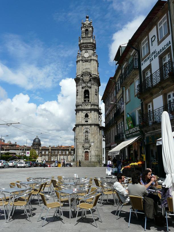 Уличное кафе в Порту, Португалия
