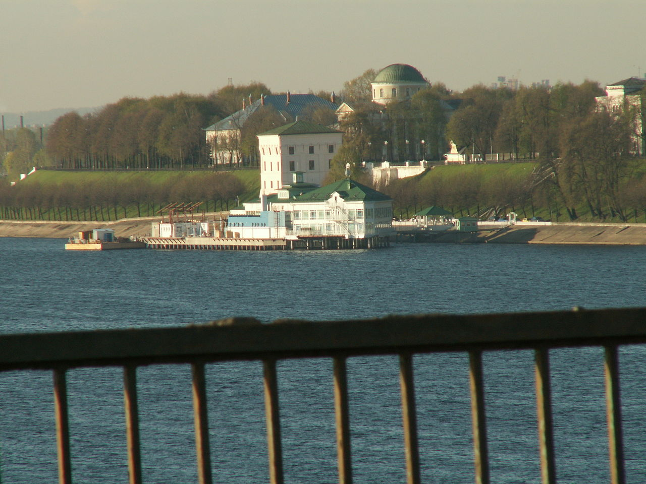 Волжская набережная, вид на Волжскую башню и Митрополичьи палаты