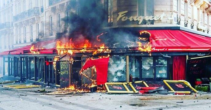 Париж, ресторан Fouquet's после желтых жилетов, фото из twitter.jpg