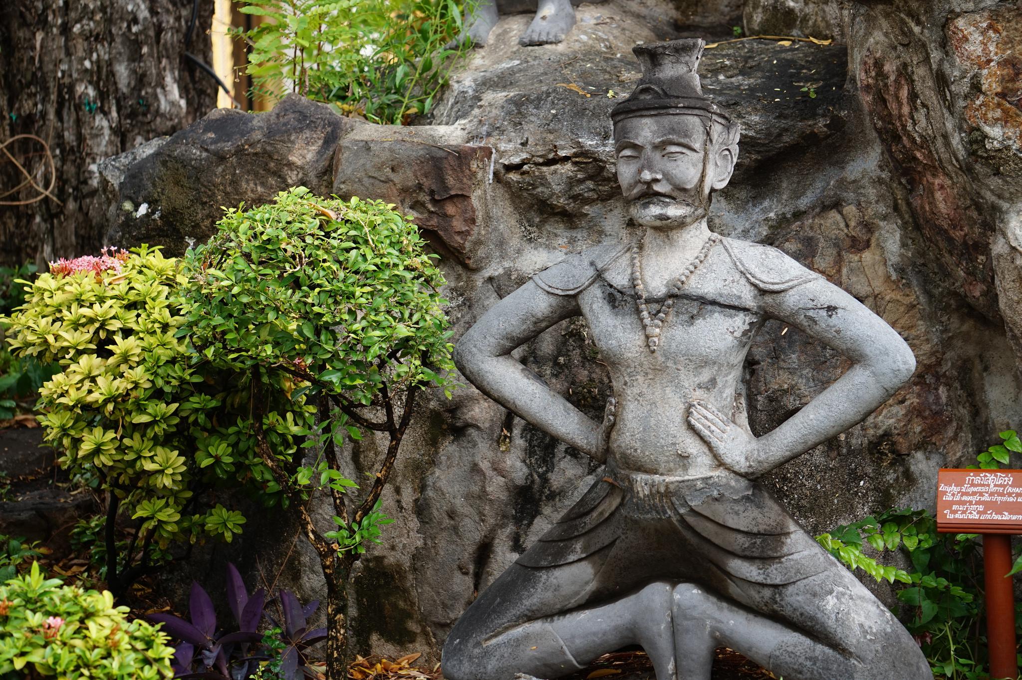 Скульптура у входа в храм, Ват Сакет на Золотой горе