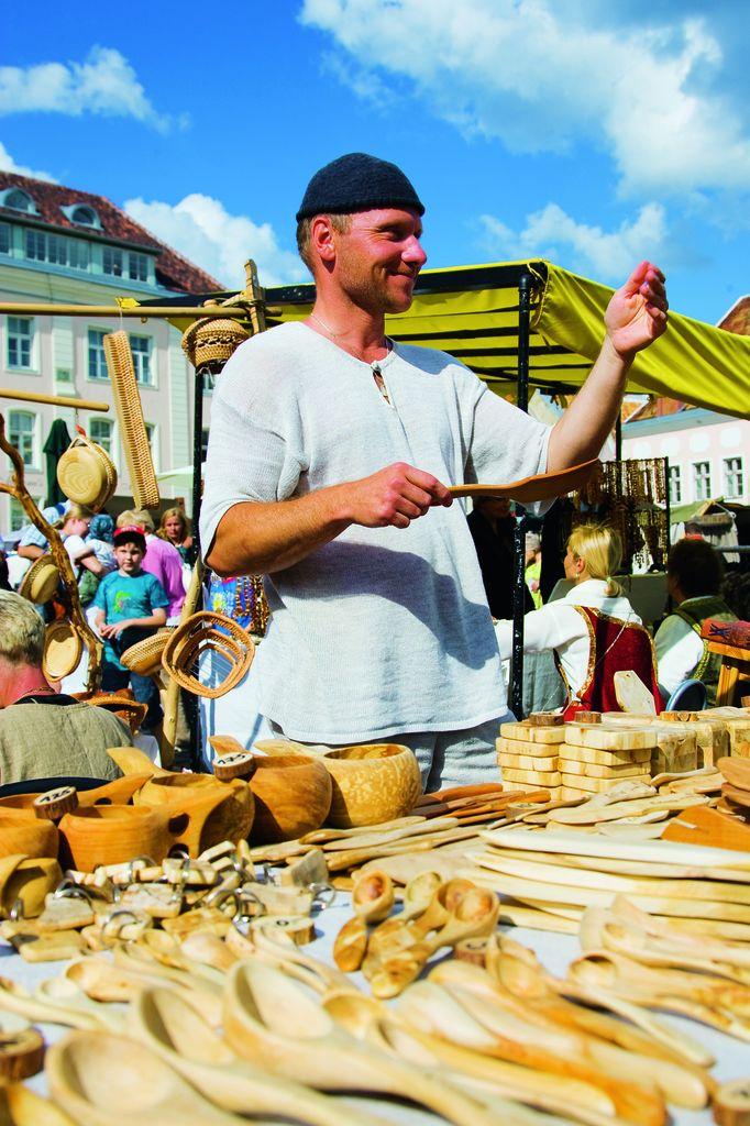 Ярмарка на Ратушной площади в Эстонии.jpg