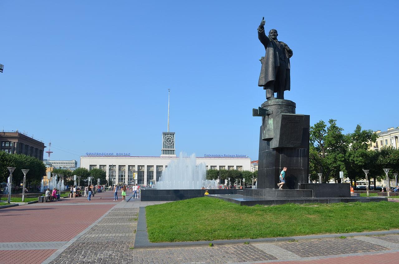 Фонтан на площади Ленина в Санкт-Петербурге