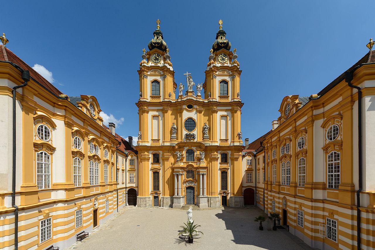 Церковь аббатства Мельк; с левой стороны библиотека, с правой стороны — Мраморный зал