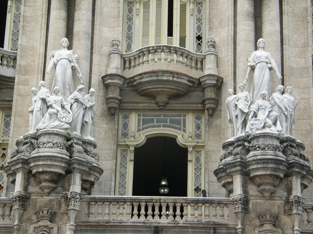 Большой театр Гаваны, мраморные статуи на фасаде
