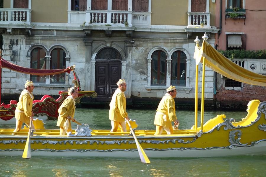 Лодка-участник Исторической регаты в Венеции