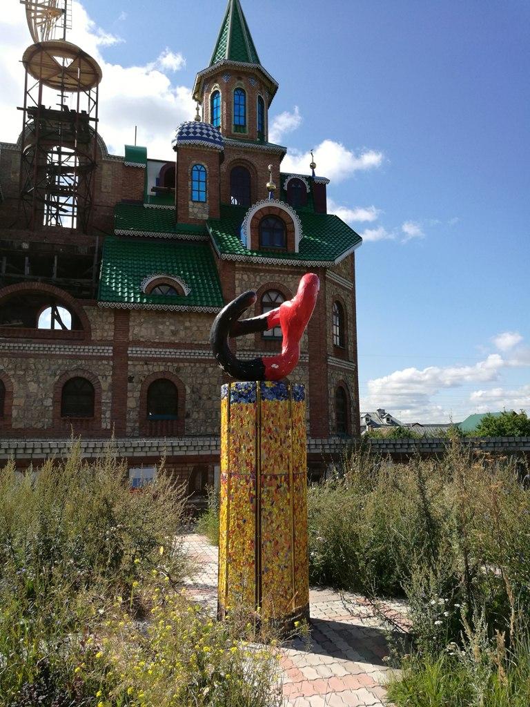Памятник на территории Храма всех религий (Татарстан), Россия)