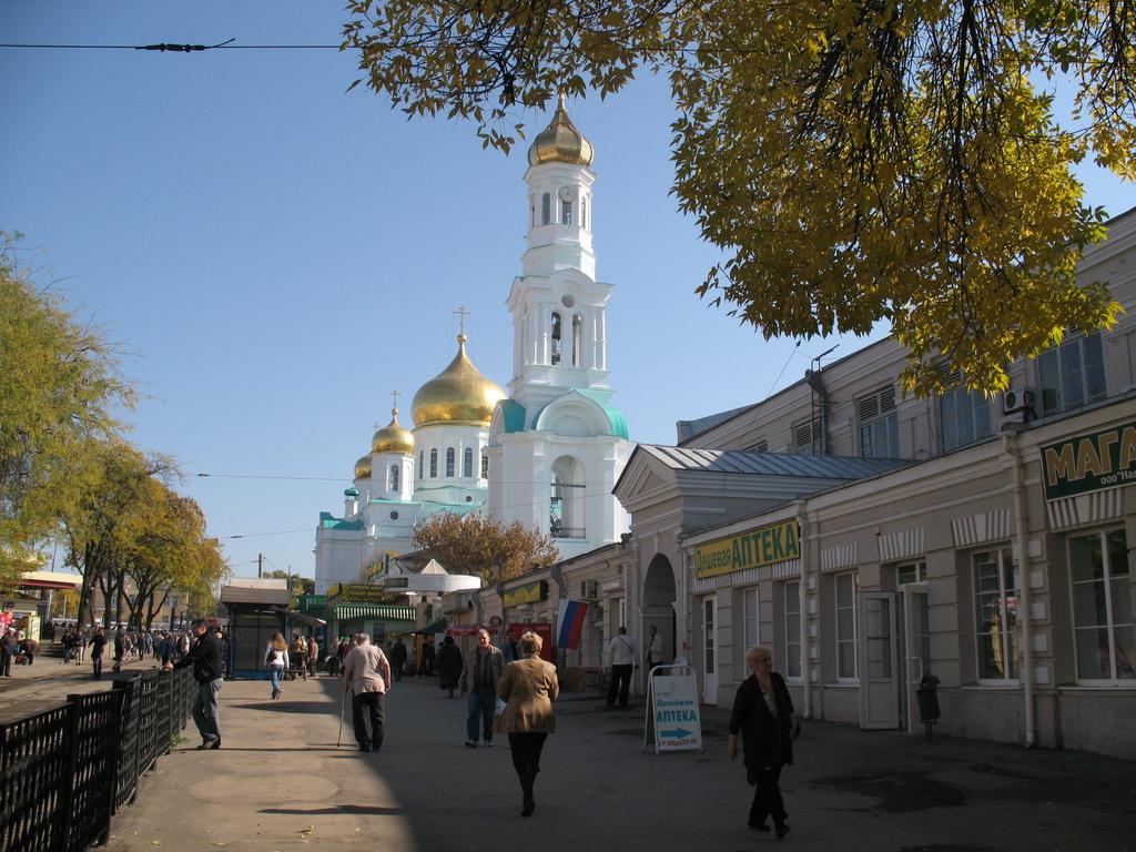 Собор Рождества Пресвятой Богородицы в Ростове-на-Дону, вид со стороны рынка