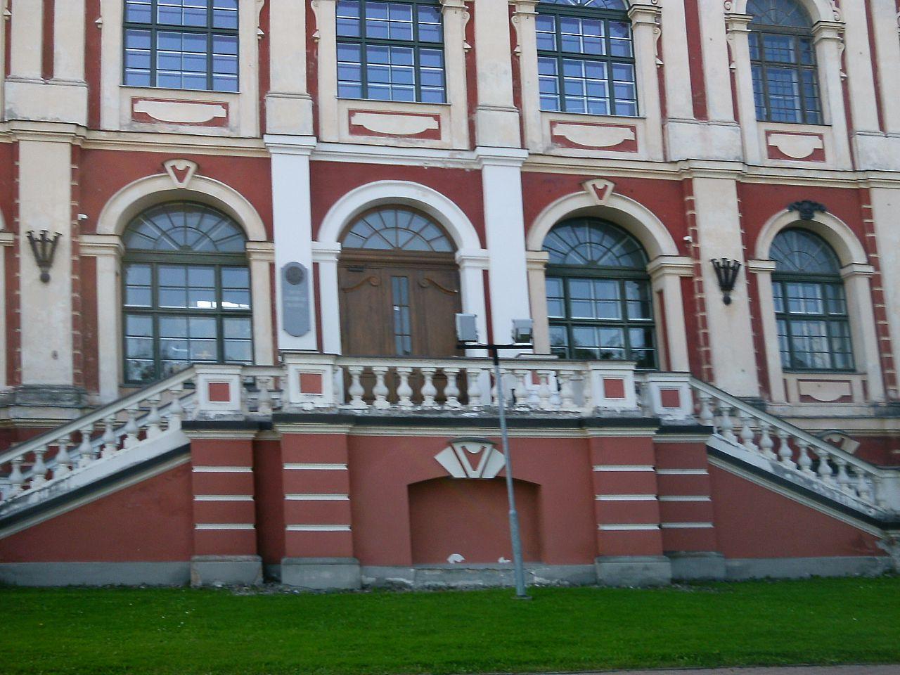 Митавский дворец, лестница и фасад