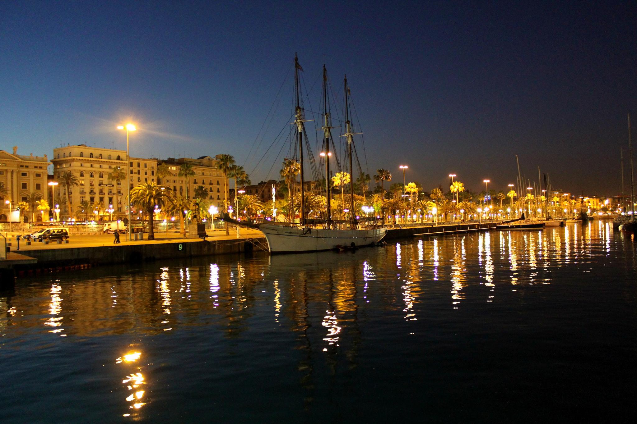 Старый порт Барселоны вечером