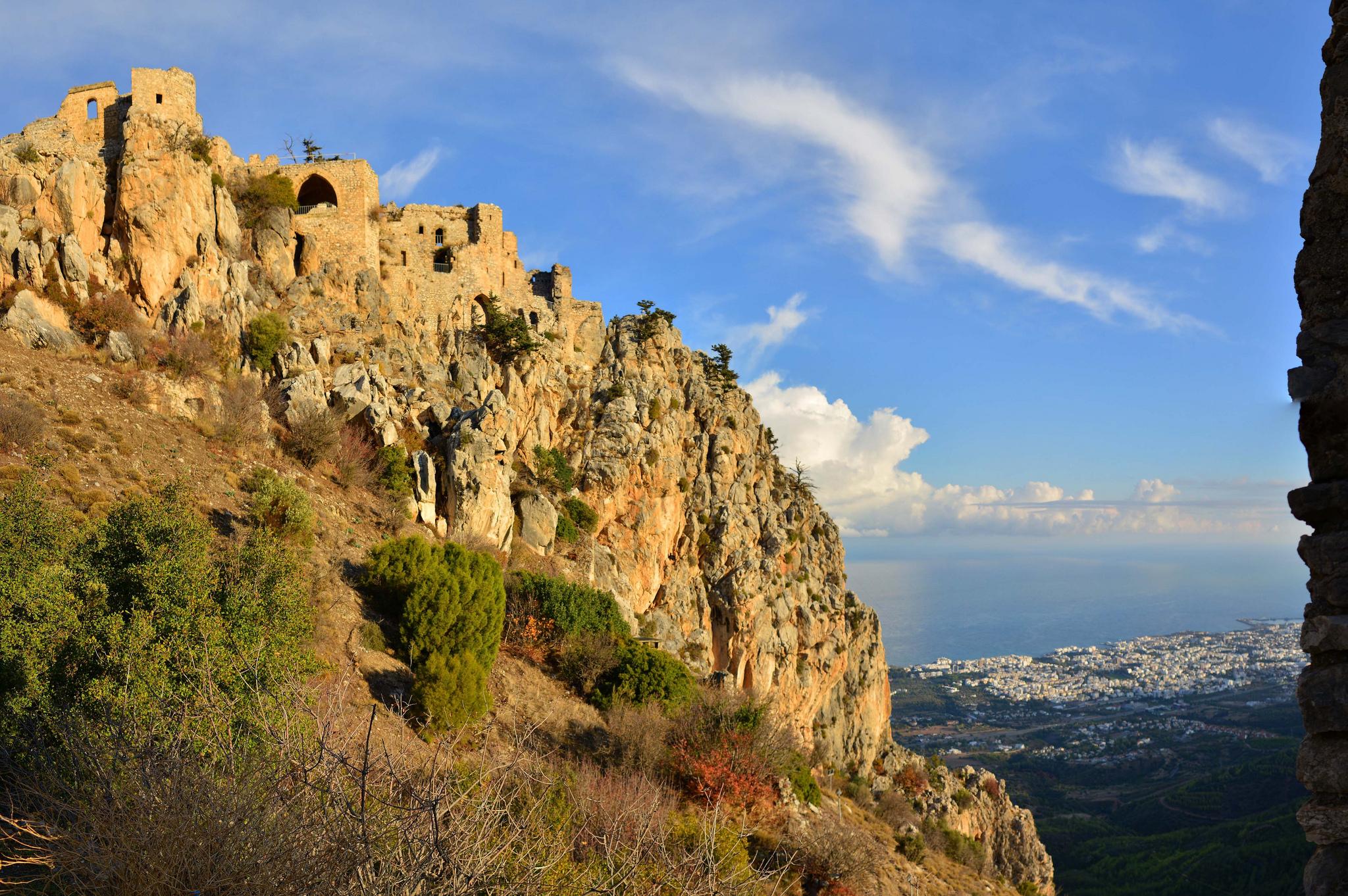Вид на замок Святого Иллариона, Северный Кипр