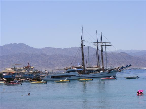 Вид на корабли Красного моря в Эйлате
