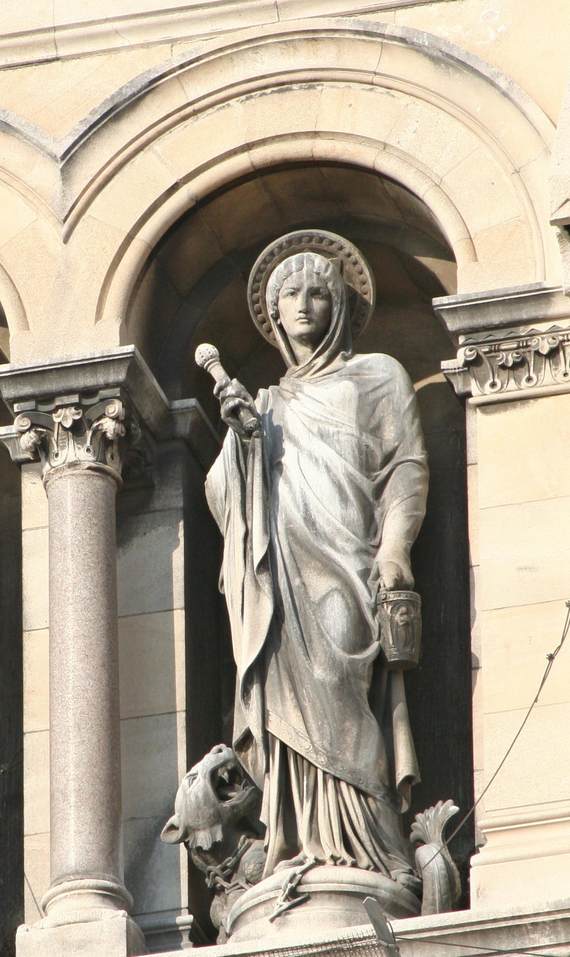 Кафедральный собор Марселя, статуя святой Марфы на фасаде