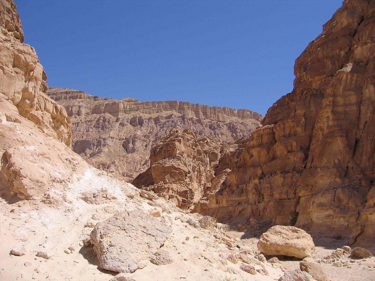 Цветной каньон, скалы из разноцветного песчаника