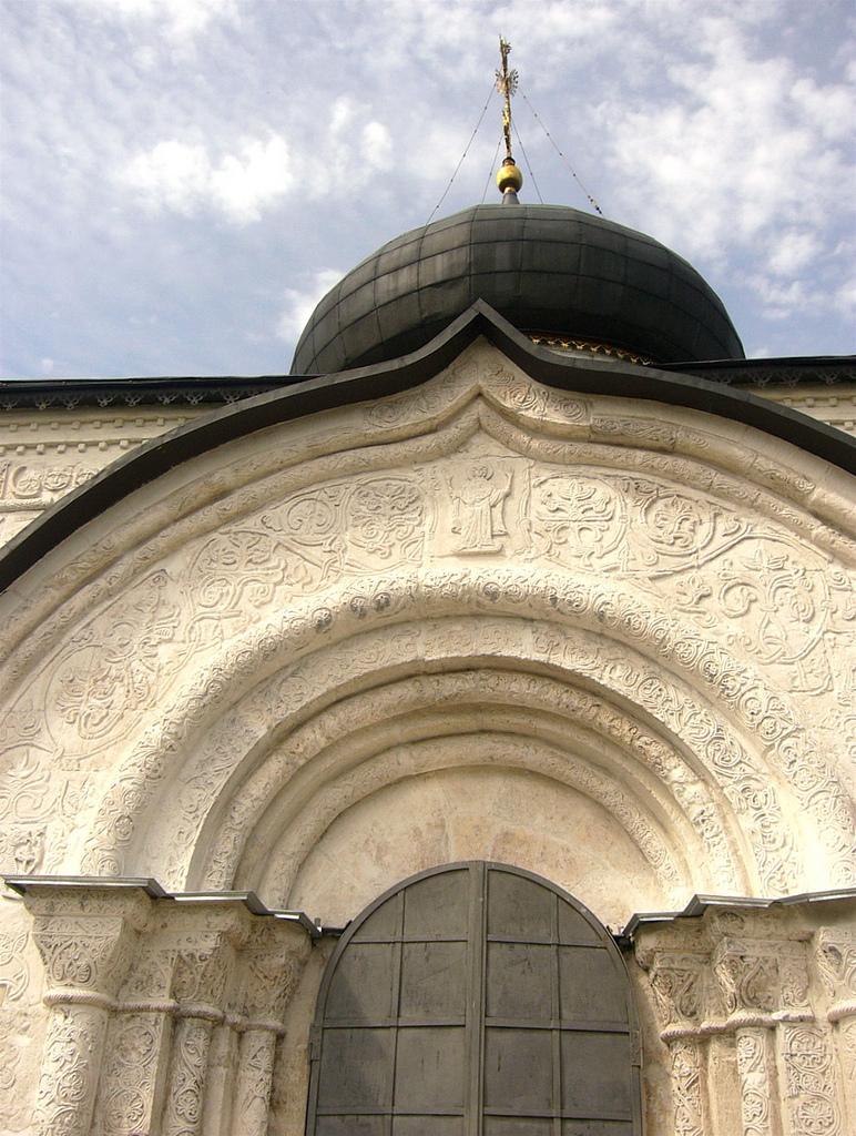 Вход в Георгиевский собор в Юрьеве-Польском