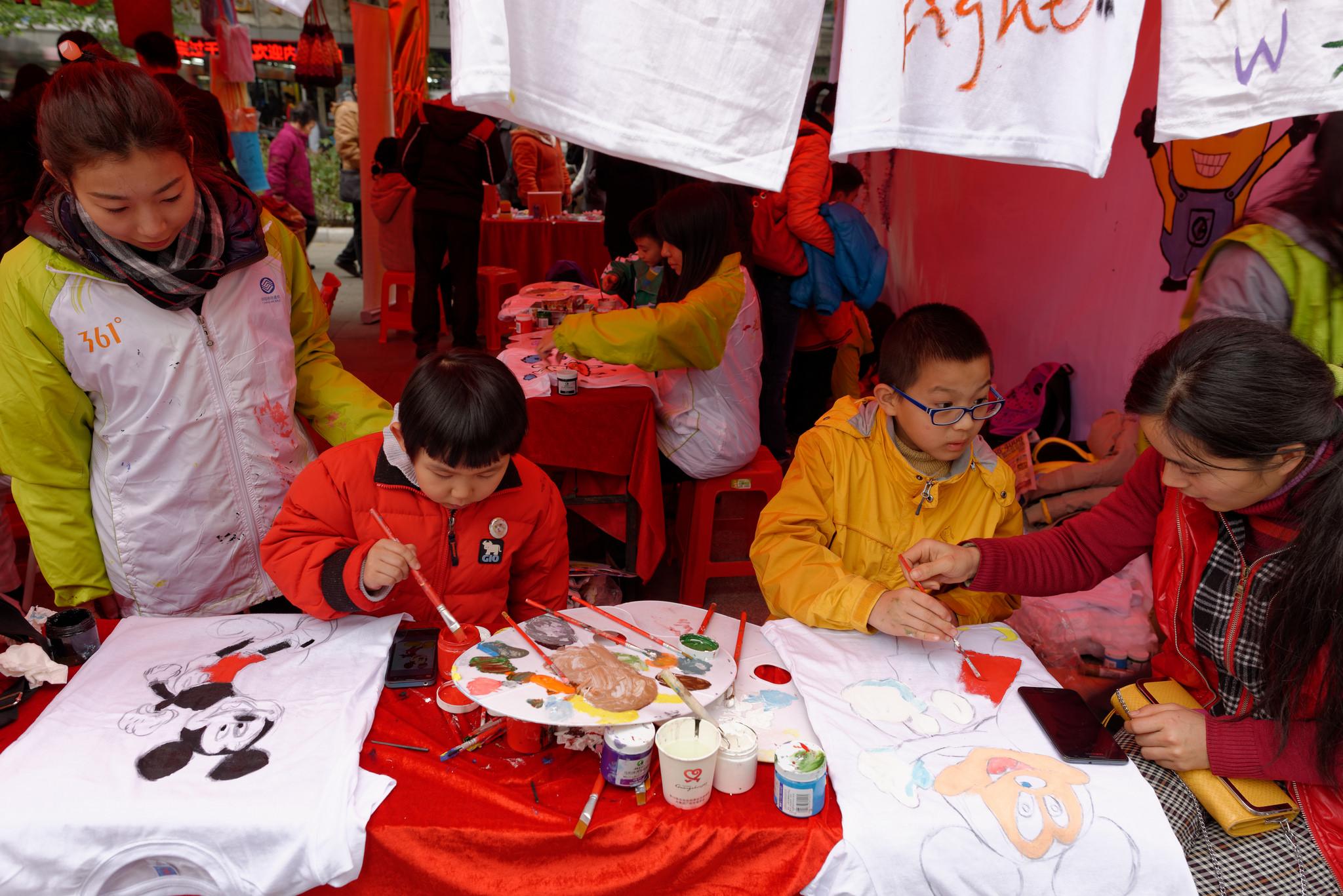 Роспись футболок на празднике в Гуанчжоу