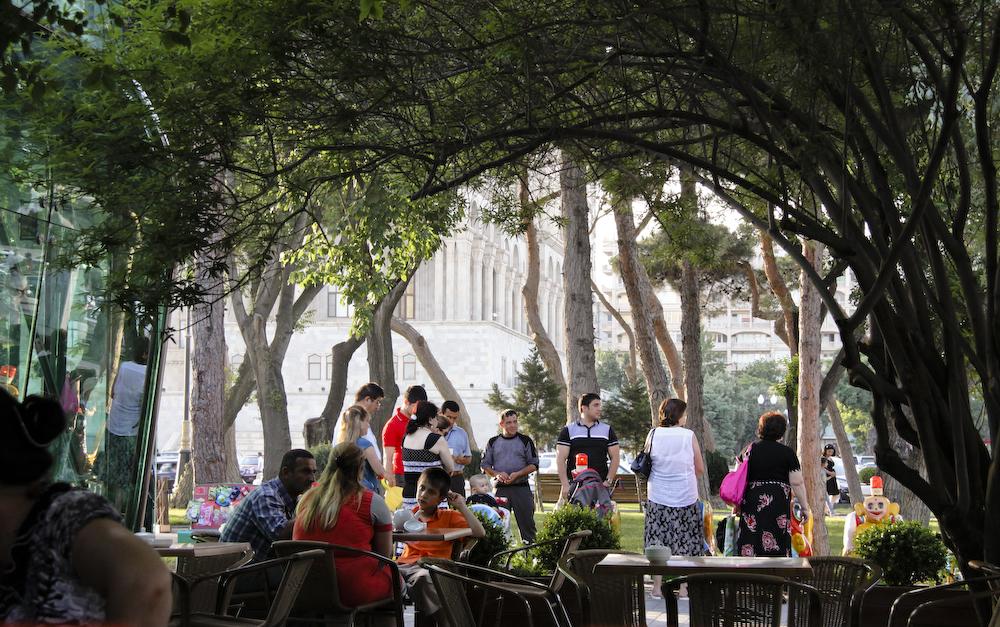 Бакинский приморский бульвар, открытое кафе под аркадой из деревьев