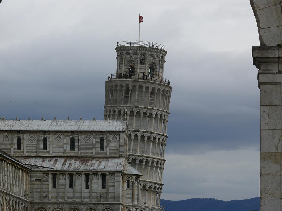 Вид на Пизанскую башню - башню Кампанила, Пиза, Италия