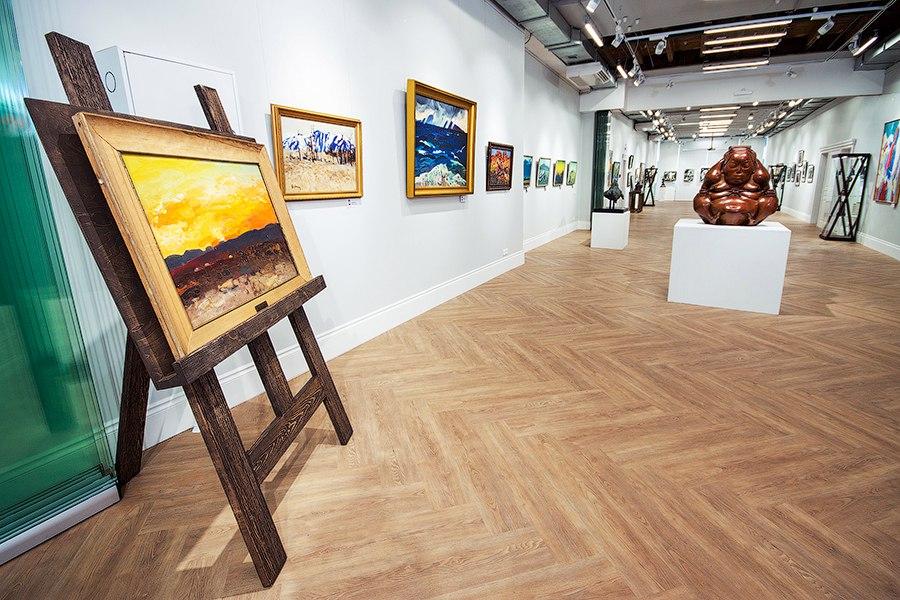 В залах галереях современного искусства Виктора Бронштейна