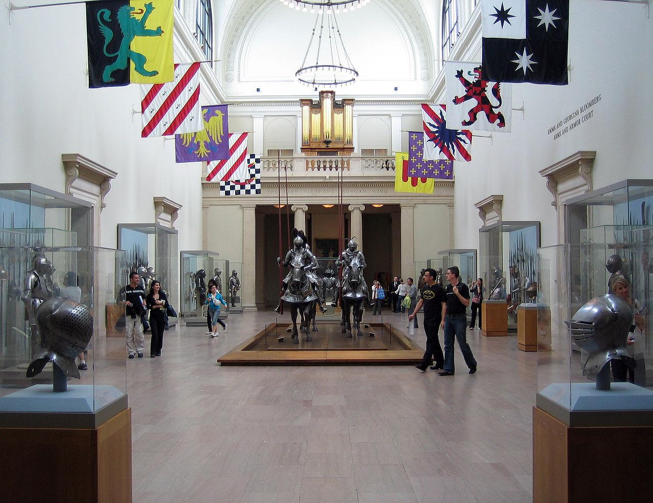 Метрополитен-музей, главный зал отдела оружия и доспехов