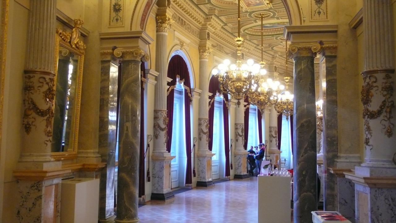 Внутренние галереи оперы Земпера