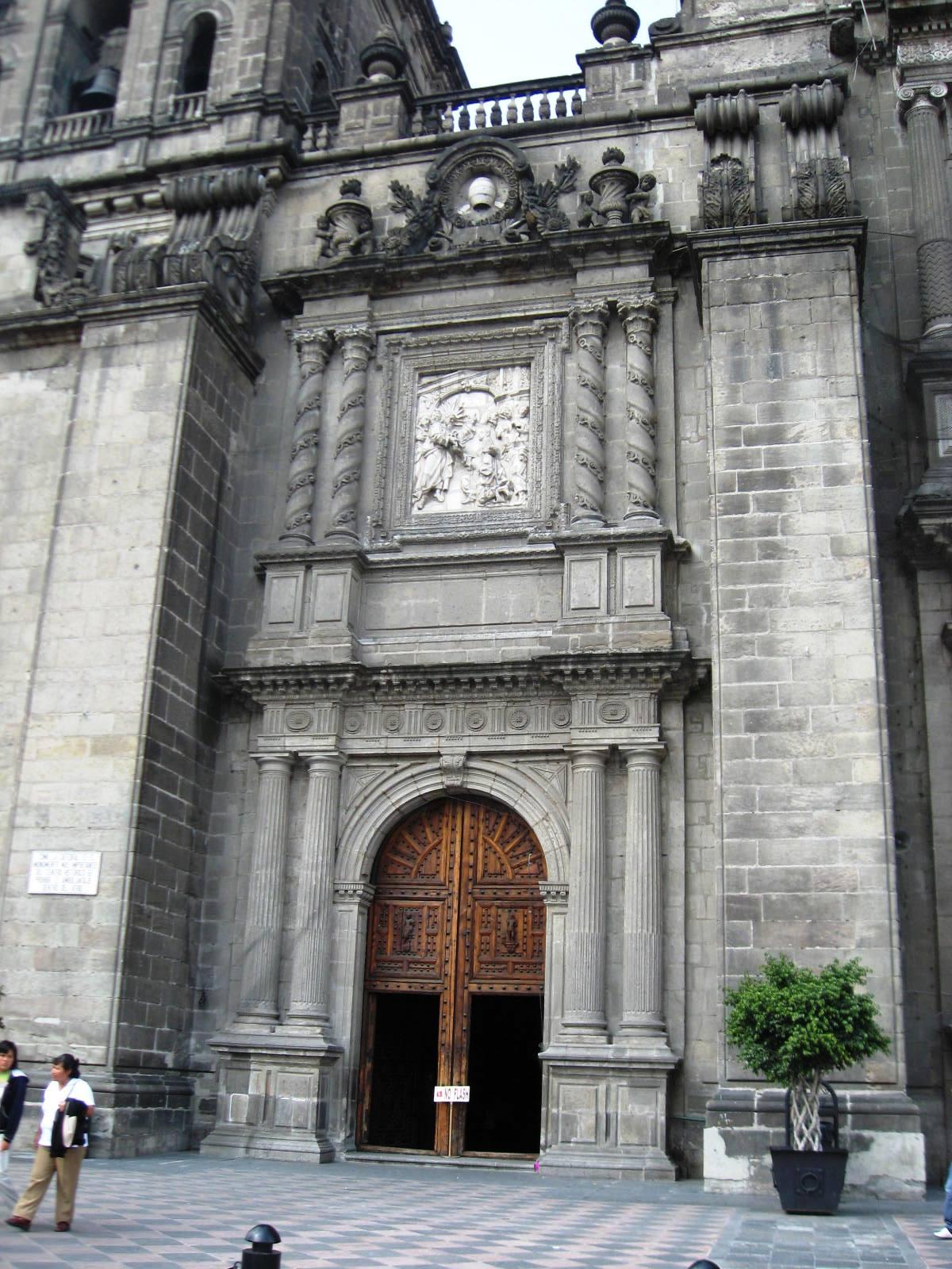 Кафедральный собор в Мехико, левый портал
