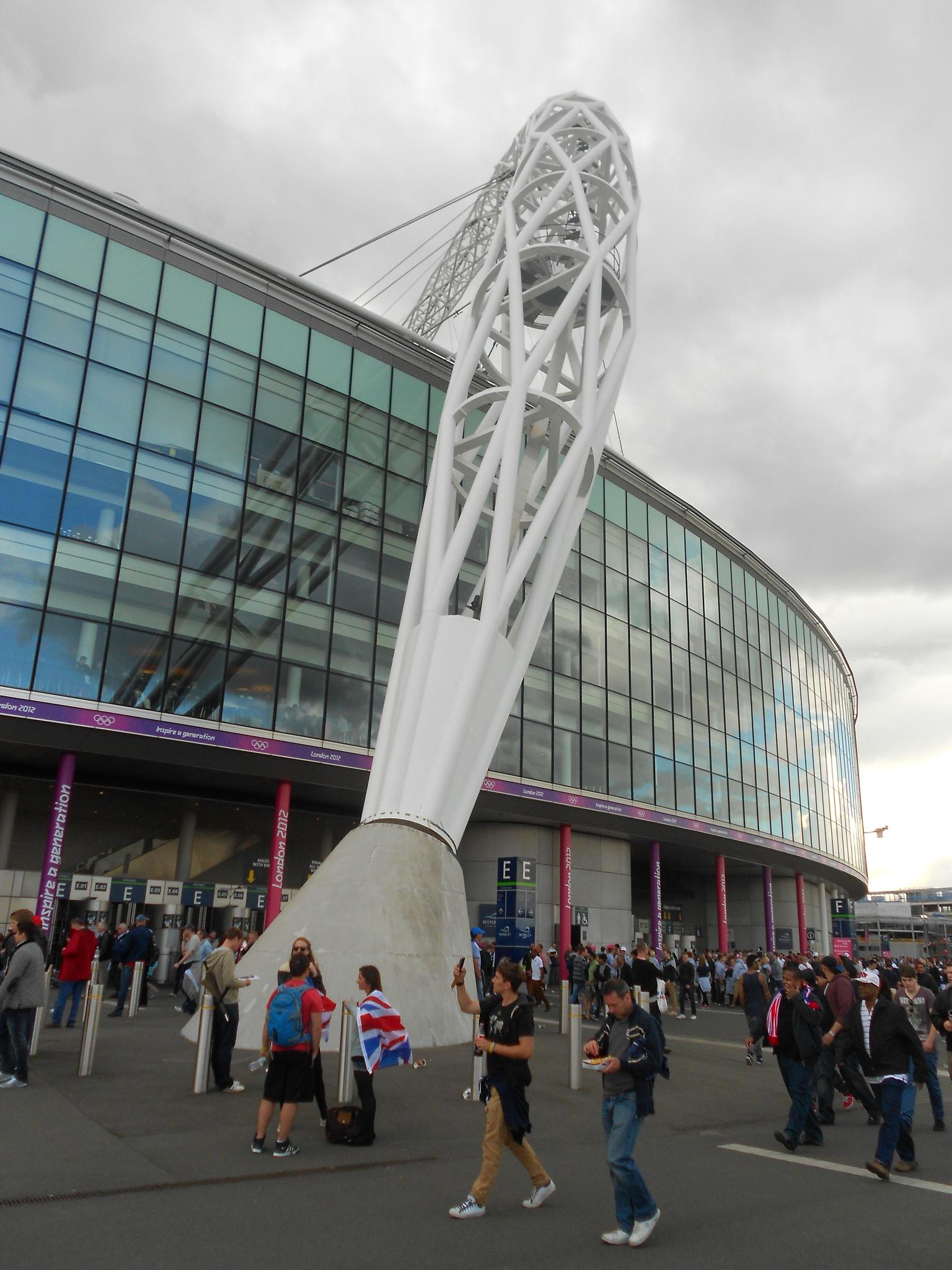Болельщики перед входом, Стадион Уэмбли, Лондон