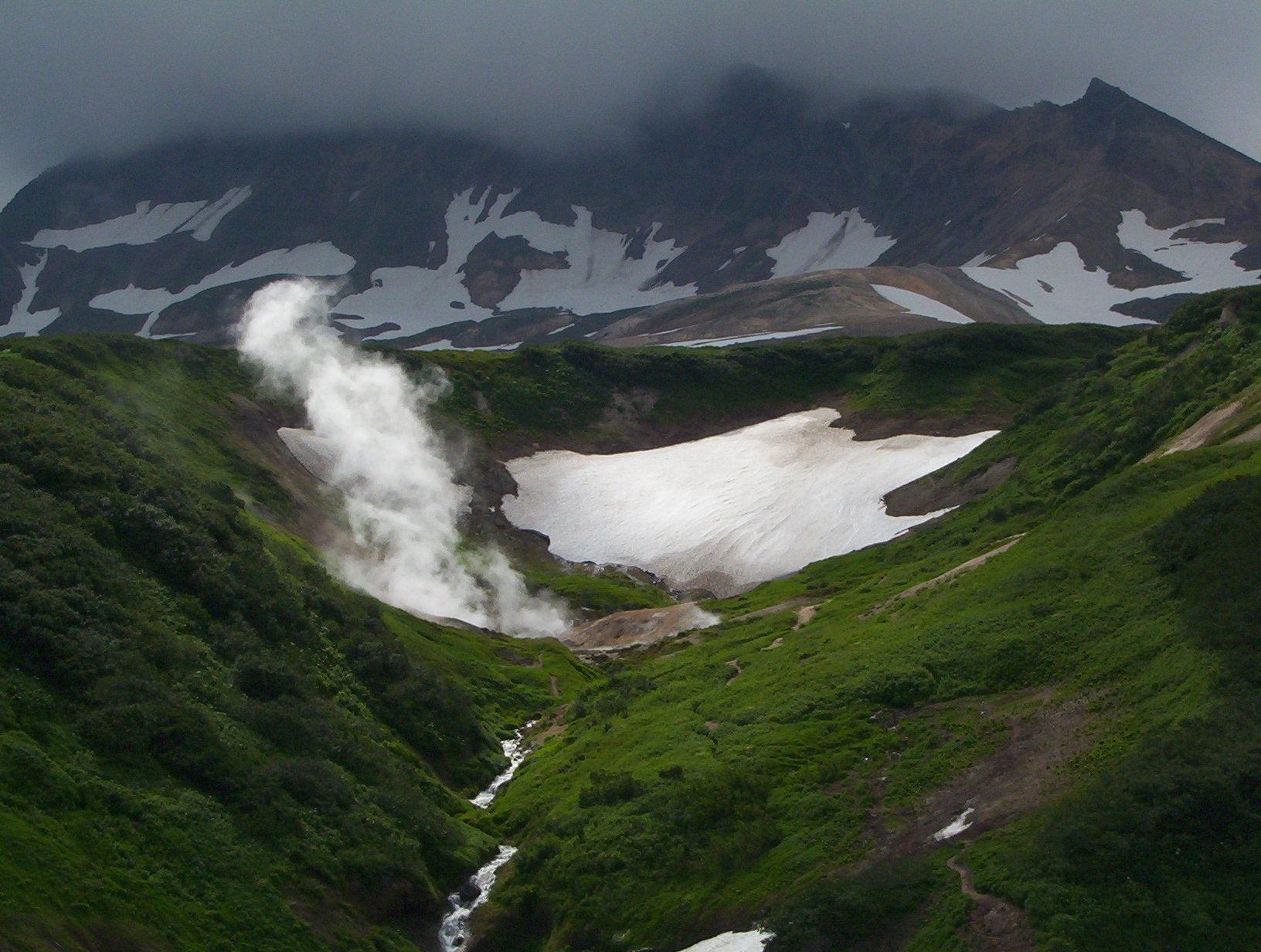 Вид из геотермальной электростанции на вулкан Мутновский