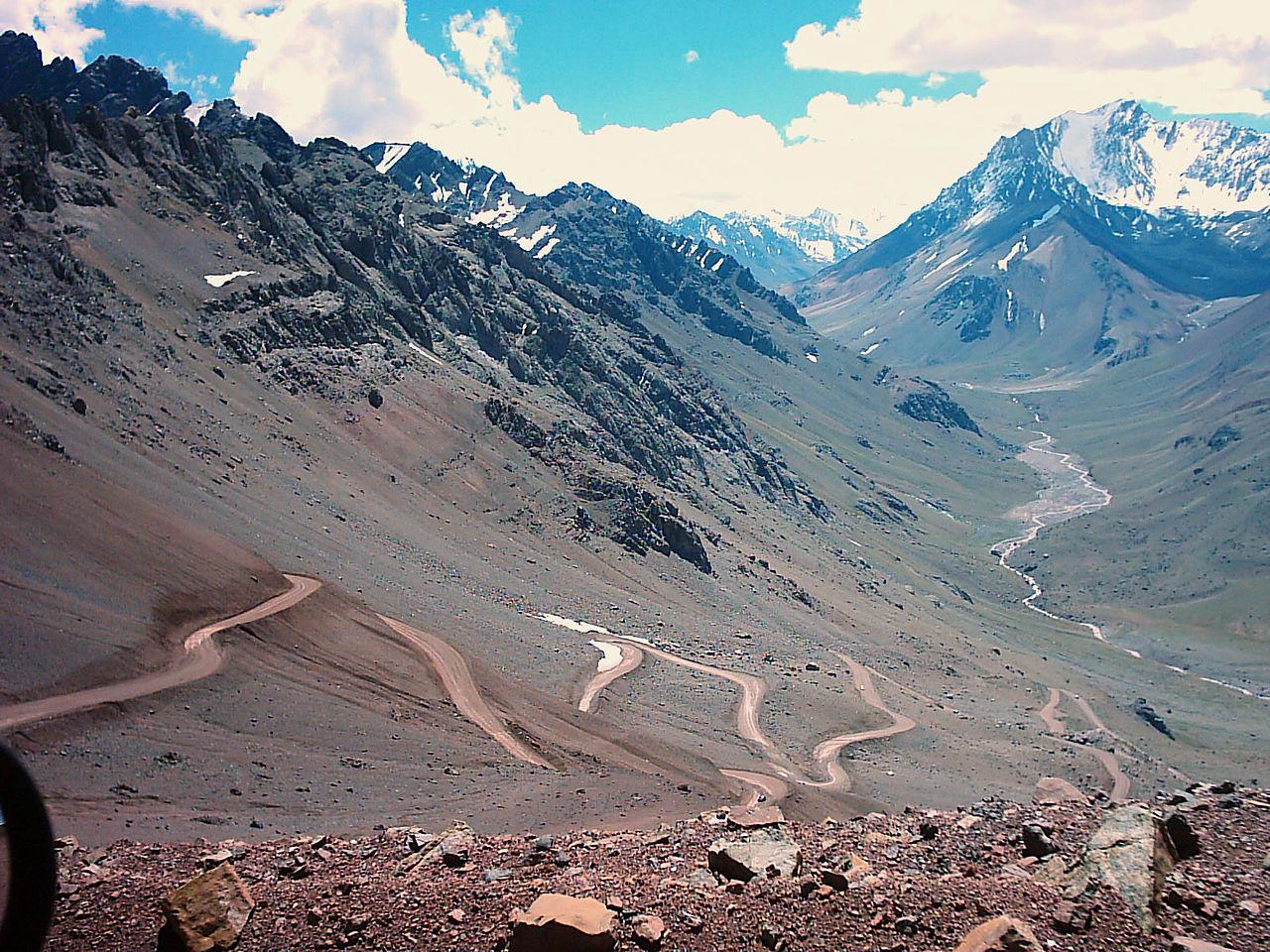 Вид на перевал Бермехо в Андах, дорога к Андскому Христосу